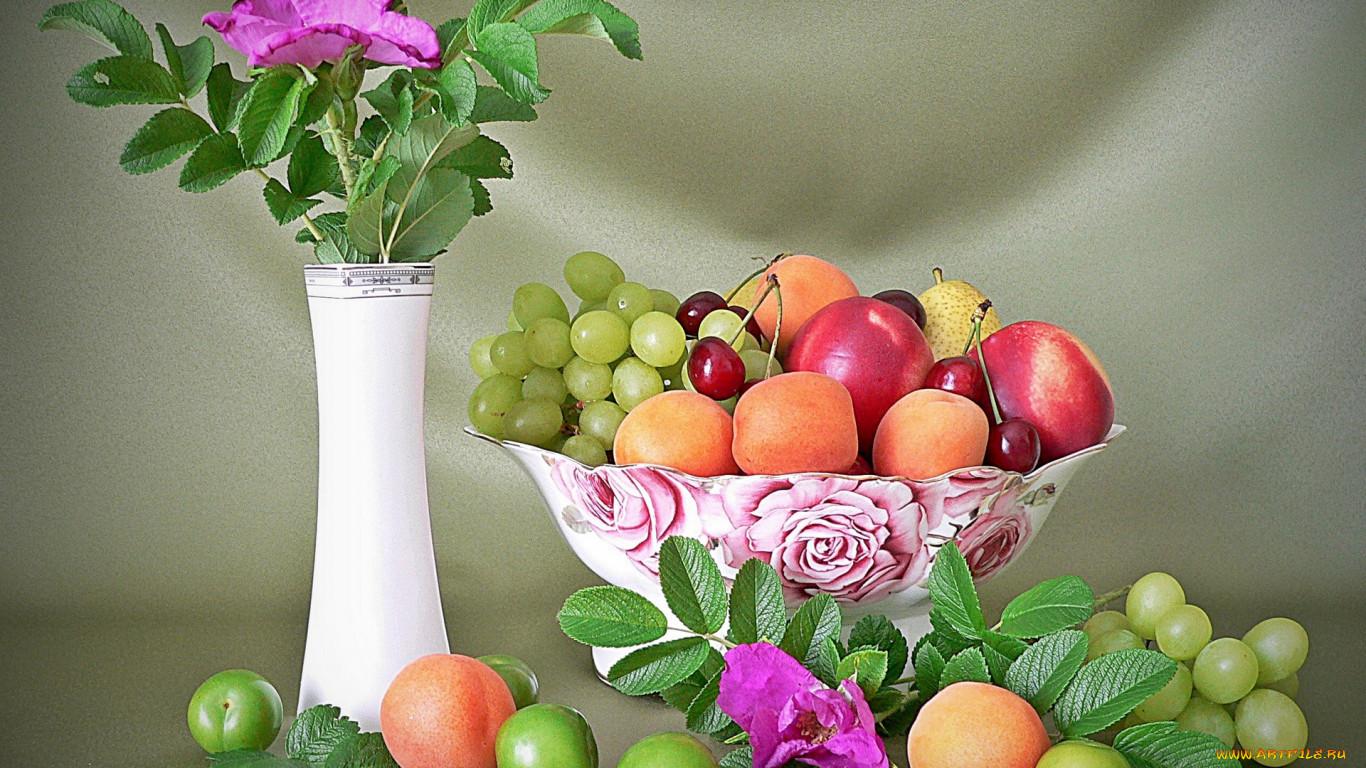 Фото цветов в вазе с фруктами